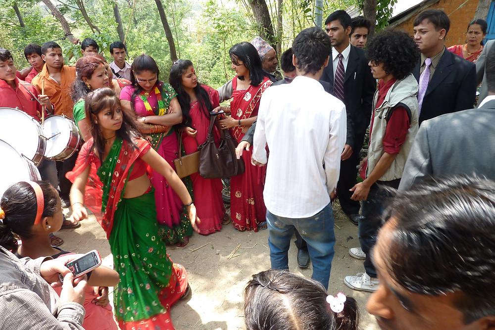 郊外の村で行われた結婚式の招待客たち、特に年配の女性は赤いサリーが大好きだ