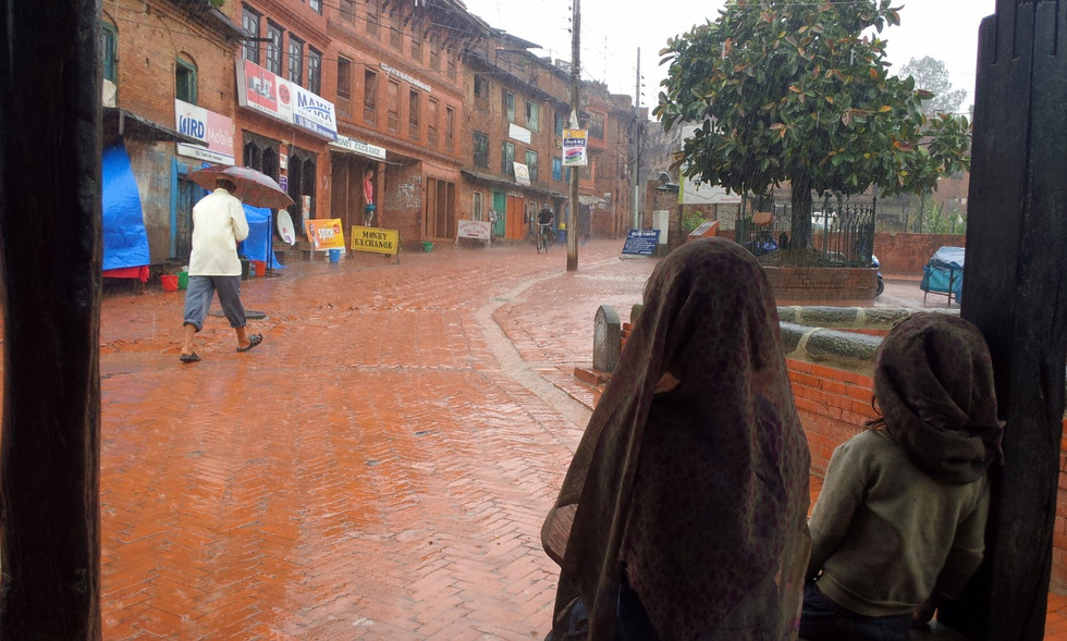 雨宿りをする子供たち
