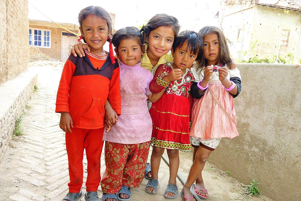 バクタプルの村の少女たち、近所の年下の子供たちは年上の女の子にとって妹も同然