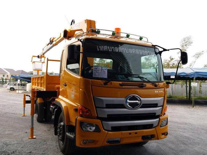 ส่งมอบรถบรรทุกติดเครนพร้อมกระเช้า ชนิด 6 ล้อ จำนวน 1 คัน ให้กับเทศบาลตำบลคลองตำหรุ
