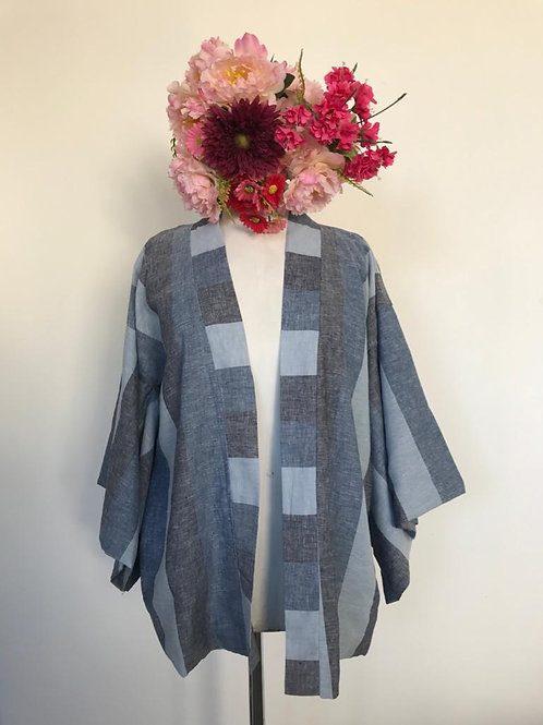 Kimono Kyoto curto linho listrado com aplicação flores nas costas