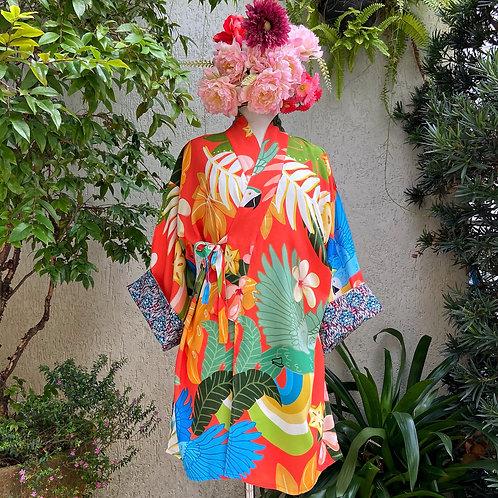 Kimono Tokyo médio Arara Azul Fundo Vermelho