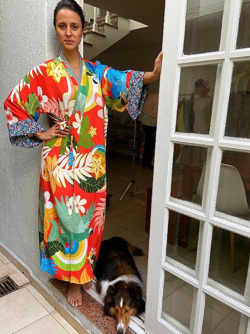 Kimono Tokyo longo Arara Azul fundo vermelho