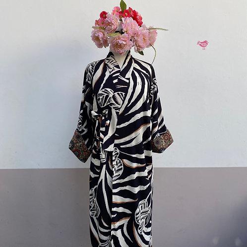 Kimono Tokyo longo folhagens branco e ocre fundo preto