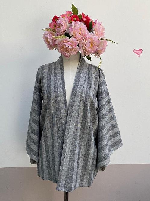 Kimono Kyoto curto linho cinza listrado com aplicação flores nas costa