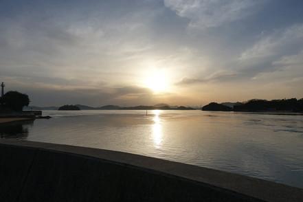 HANARE前ビーチから見える朝日.JPG