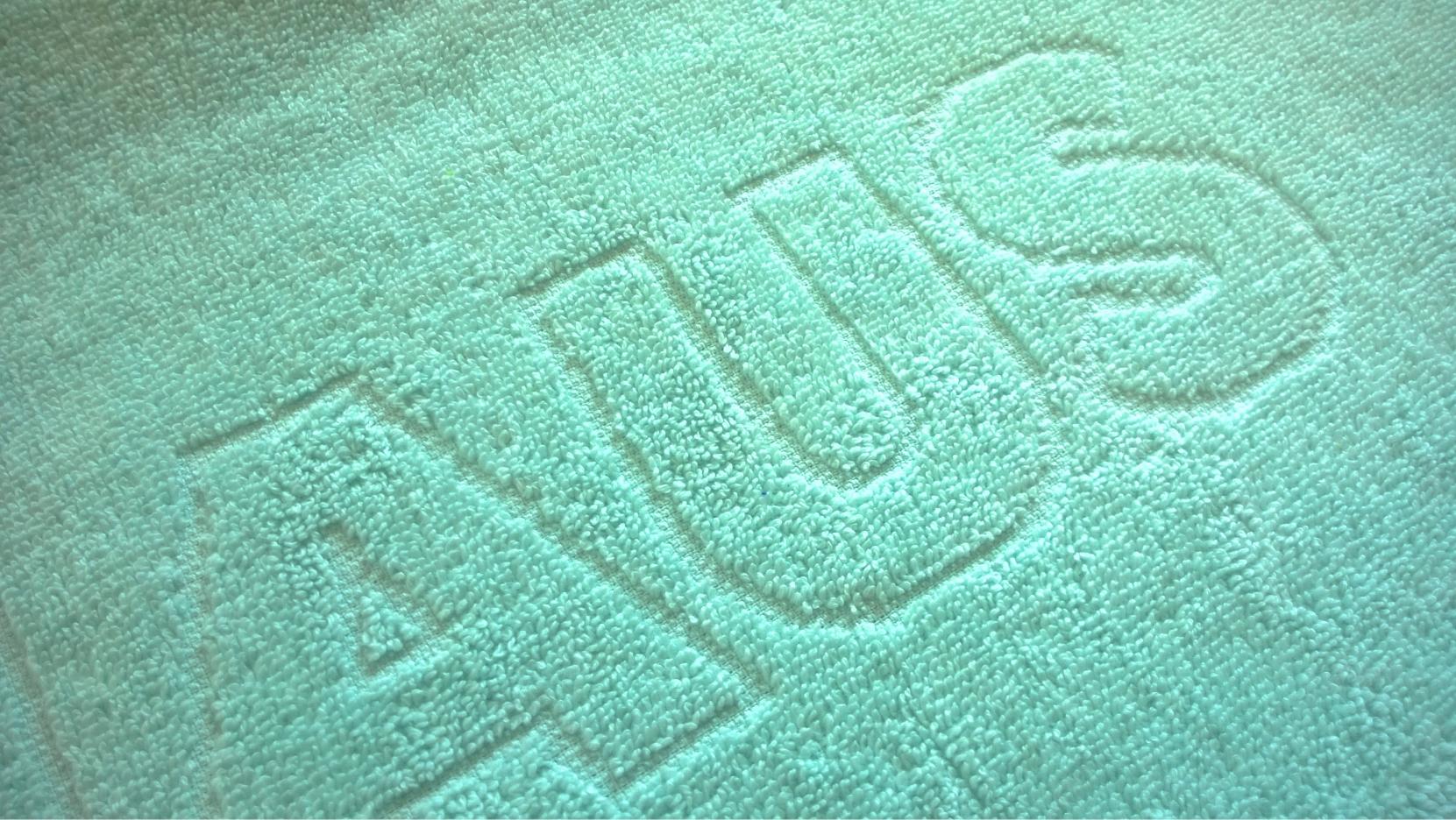 Unicolour relief woven towel.