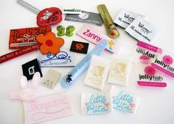 Assortment of childrens labels, badges and raised rubber - Surtido de etiquetas