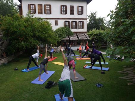 Vinyasa Yoga: Akıştaki dinamik yoga tarzı hakkında her şey