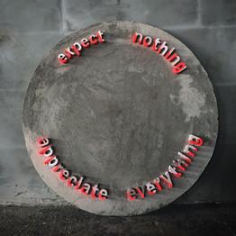 'expect nothing, appreciate everything' 2018 Alçıpan, beton ve akrilik Boya, Ø 100 cm