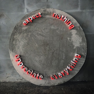 'expect nothing, appreciate everything' 2018 Alçıpan, beton ve akrilik Boya, Ø 100 cm