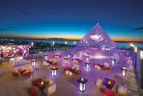 HRH_Cancun_Meetings_Outside_041913_2.jpe