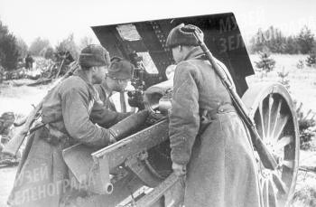Орудийный расчет комсомольца ефрейтора Григория Кузнецова ведет огонь