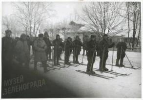 Старт лыжного комсомольского кросса в период короткого отдыха воинов полка гвардейской дивизии
