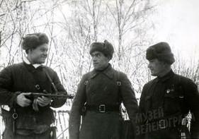 Комендант штаба полка мл. лейтенант Медведев Я.Т., командир полка майор Елин Г.Е. и адьютант командира полка мл. лейтенант Беседин И.Ф.