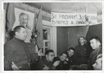 Генерал Ревякин В.А. - командир 8 гв. стр. дивизии среди бойцов