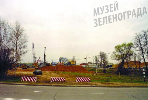 """Строительство транспортной развязки на 37 км Ленинградского шоссе. Вид на """"Дорожный супермаркет""""."""