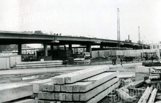 Фотография ч/б. Фрагмент строительства Путепровода – моста через железную дорогу у станции Крюково. Правая часть. Апрель 1995 г.