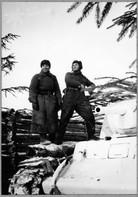 Катуков М.Е. с бойцом, маскирующим танк для охраны штаба дивизии