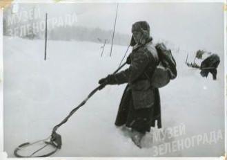 Сапер Курносов И.И. с миноискателем за разминированием