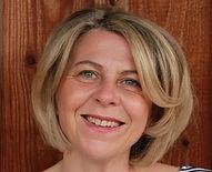 Susanne Moersener ist Diplom Sozialpädagogin, Reittherapeutin, Dozentin für pferdegestzütze Therapie, Psychologie und Körpersprachentraining am IVK