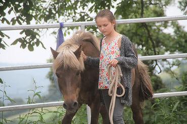Der Kontakt zum Pferd ist ein wichtiger Grundstein der pferdegestützten Therapie und Inhalt der Ausbildung zum Pferdegestützten Therapeuten IVK