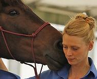 Marie Heger ist Diplom Schauspielerin, Pferdeverhaltenstrainerin, Dozentin für Pferdeverhlaten, Ausbildung, Therapie und Prophylaxe von Verhaltensstörungen beim Pferd am IVK