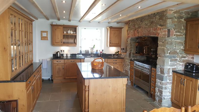 Traditional Pippy Oak Kitchen