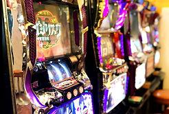 大阪/ゲームセンター『かすが娯楽場』にあるパチンコ/パチスロです。手前に見えるのがバジリスクⅡ、奥がモンスターハンターです。