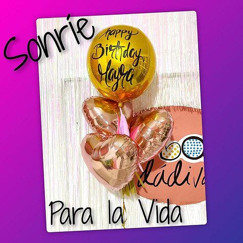 ramillete de cumpleaños con esfera y corazones