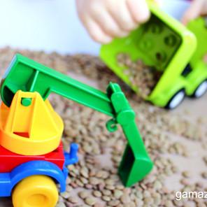 Sensoryczna zabawa w plac budowy - Wspomaganie rozwoju motoryki małej