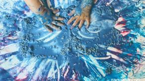 Domowa plastyka sensoryczna – Zabawa gotowaną kaszą