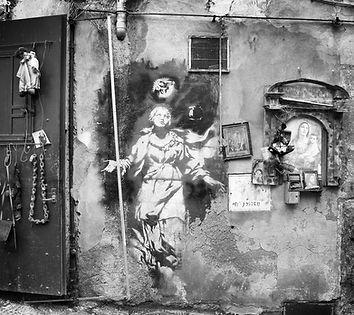 Madonna con la Pistola di Banksy Palazzo Bevilacqua Napoli B&B pop art warhol