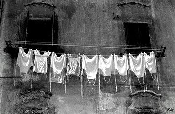 Panni appesi vicoli Palazzo Bevilacqua Napoli Bed and Breakfast