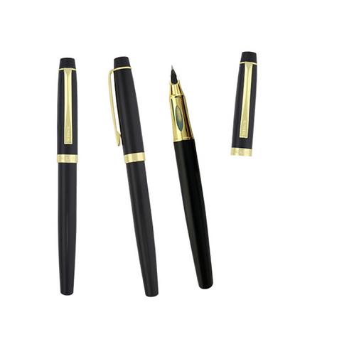 Bolígrafo fuente metálico con clip y tapa, con detalles en color dorado.