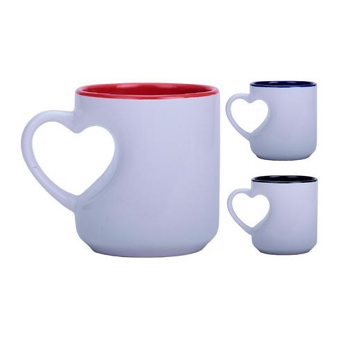 Taza de cerámica con asa en forma de corazón.