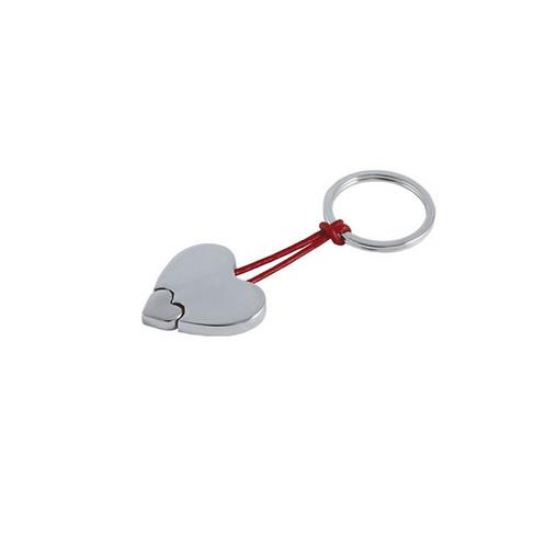 Llavero metálico en forma de corazón con listón de curpiel.