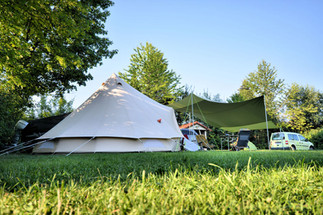 Campen unter Bäumen