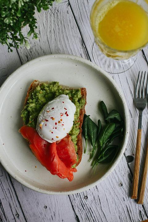 Авокадо тост с яйцом и рыбой.jpg