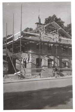 Wiederaufbau nach Bombeneinschlag
