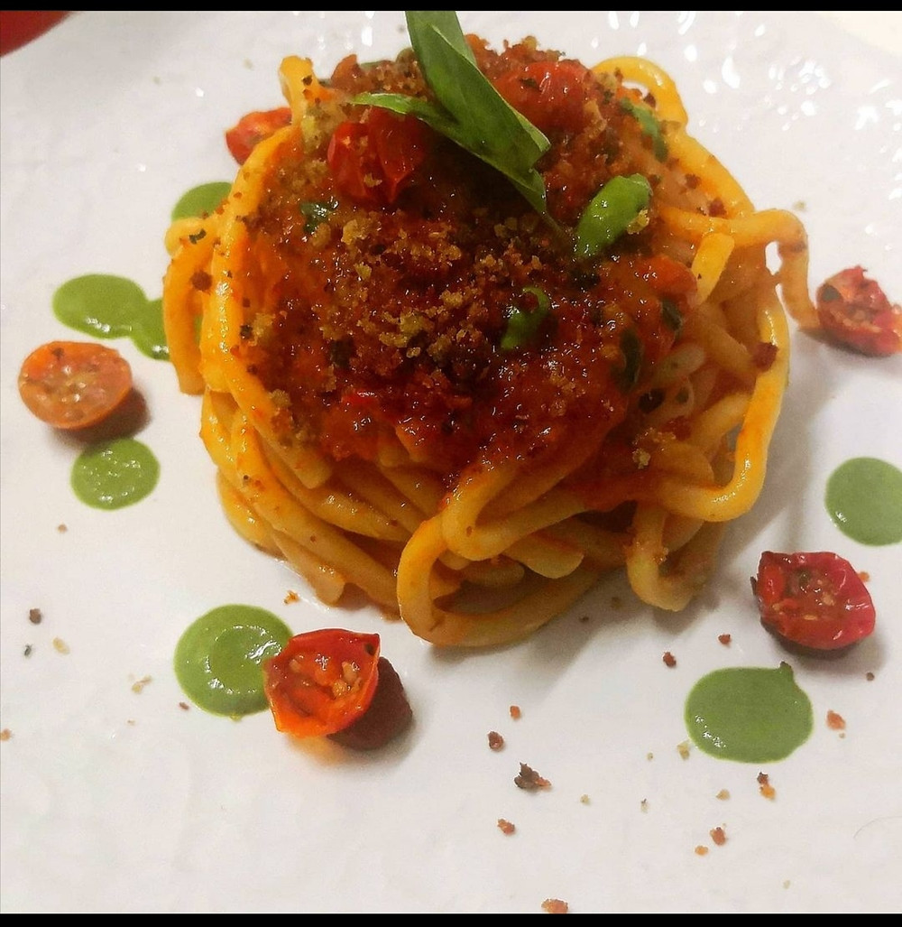Spaghetti with tomato sauce, basil and bread crumbs