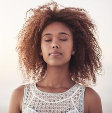 Junge Frau meditiert, geschlossene Augen.jpg