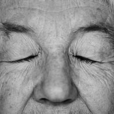 Alte Frau in Stille, Meditation.jpeg