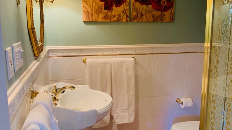 Princess Charlotte (Ensuite Bathroom)