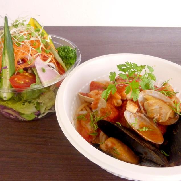 魚介とフレッシュハーブのトマトソース