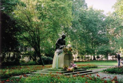 London_TavistockSquareGardens_England2005.JPG
