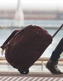 空港内の人物ローリングスーツケース