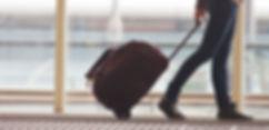 Человек Роллинг Чемодан в аэропорту