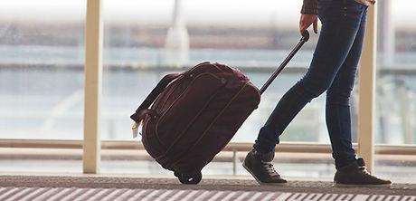Persona del balanceo de la maleta en el