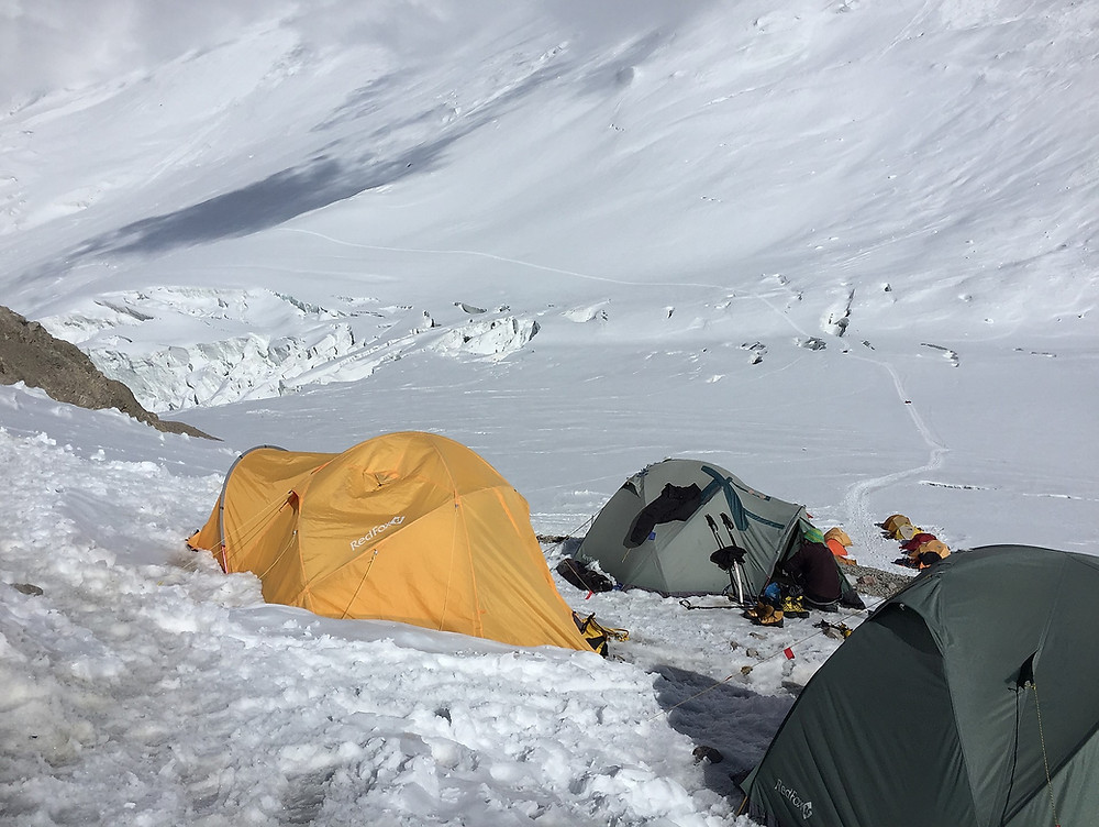 Лагерь 2, внизу на сковородке видна тропа и лежащие на рюкзаках люди | skitour.club | Блог Сергея Чеботова